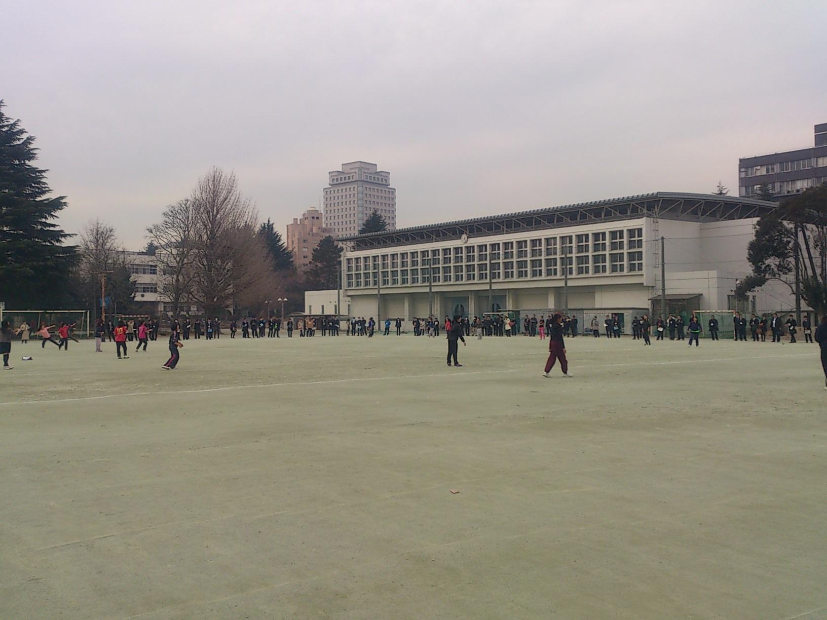 グラウンドで行われた高校の授業。ソフトボールを遠くに投げているところ。