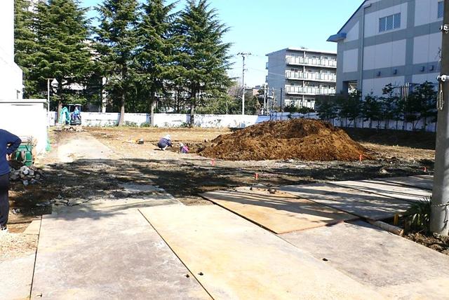 草ぼうぼうだった中学校プール跡地の現在のようす(3月7日撮影)