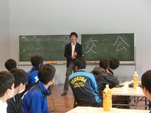 桐陰会館での交流会。佐藤雄大主将のあいさつ