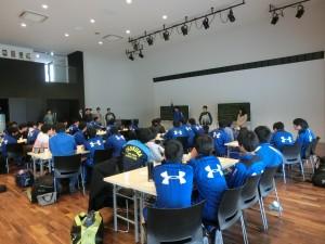 桐陰会館での交流会。サッカークイズ大会で盛り上がる